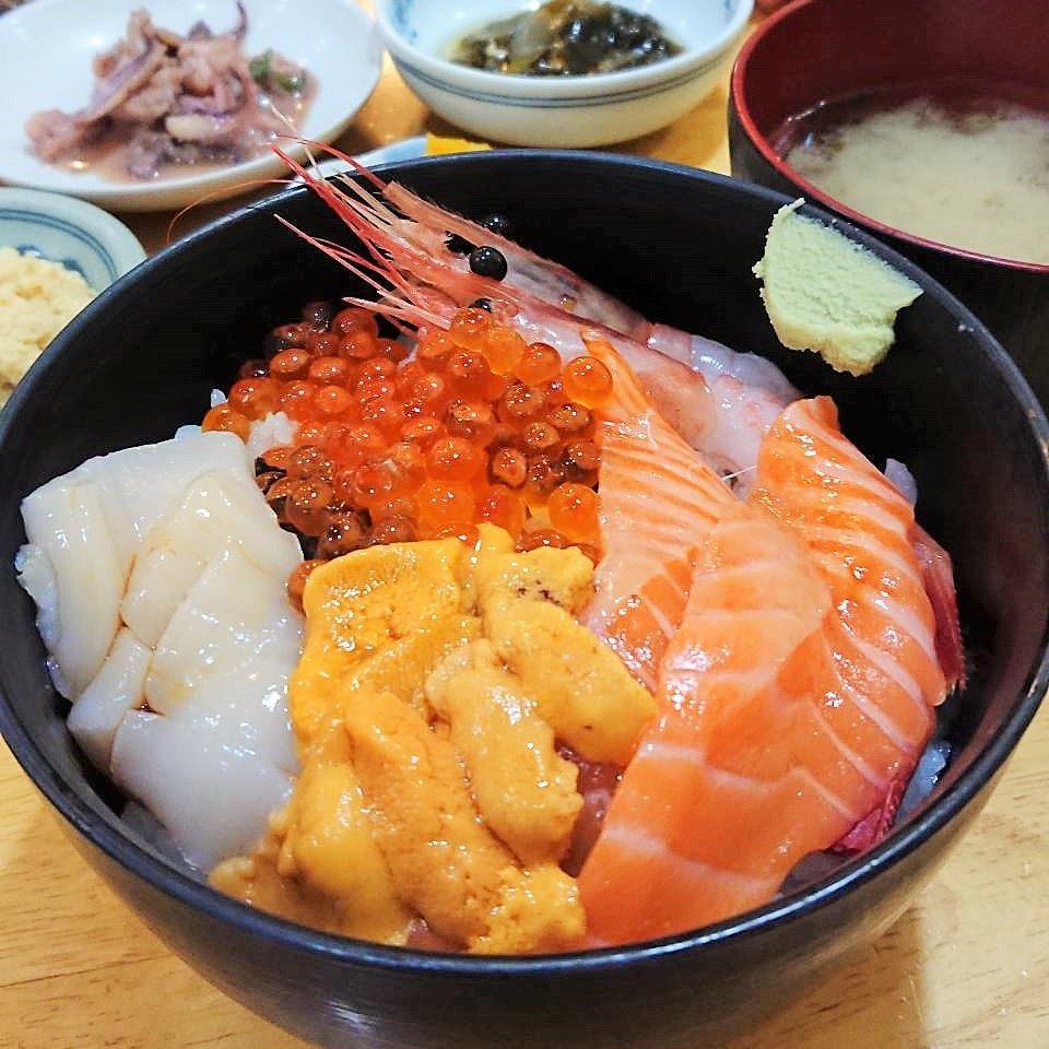 茶夢の本日のおすすめ海鮮丼